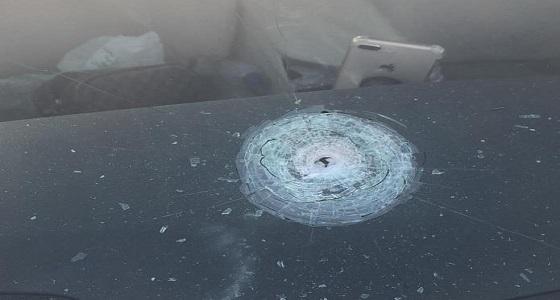 رصاصة طائشة تخترق مركبة مواطن أثناء توقفه في الإشارة بالمدينة المنورة