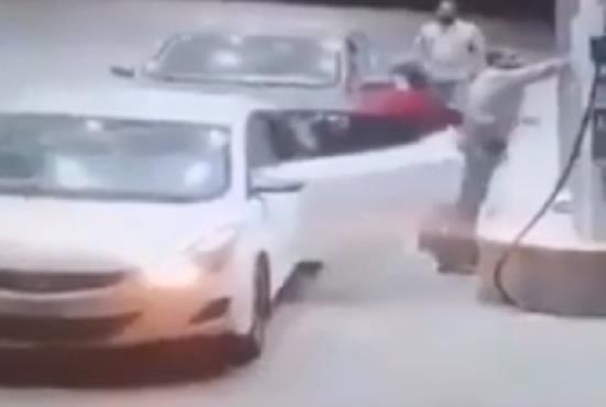 وثق الجريمة مقطع فيديو.. القبض على 6 جناة أركبوا عامل محطة وقود بالقوة لسلبه في الرياض