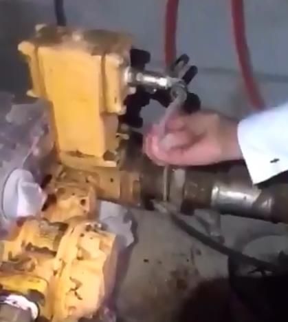 فيديو.. ضبط متلاعبين يخلطون البنزين بالديزل داخل أحد الأحواش