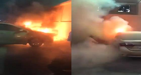 معرضا حياته للخطر.. معلم يخمد حريق سيارة أمام مدرسة بجدة(فيديو)