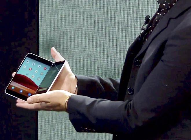 """""""مايكروسوفت"""" تعود إلى سوق الهواتف الذكية بهاتف وكمبيوتر بشاشة مزدوجة"""