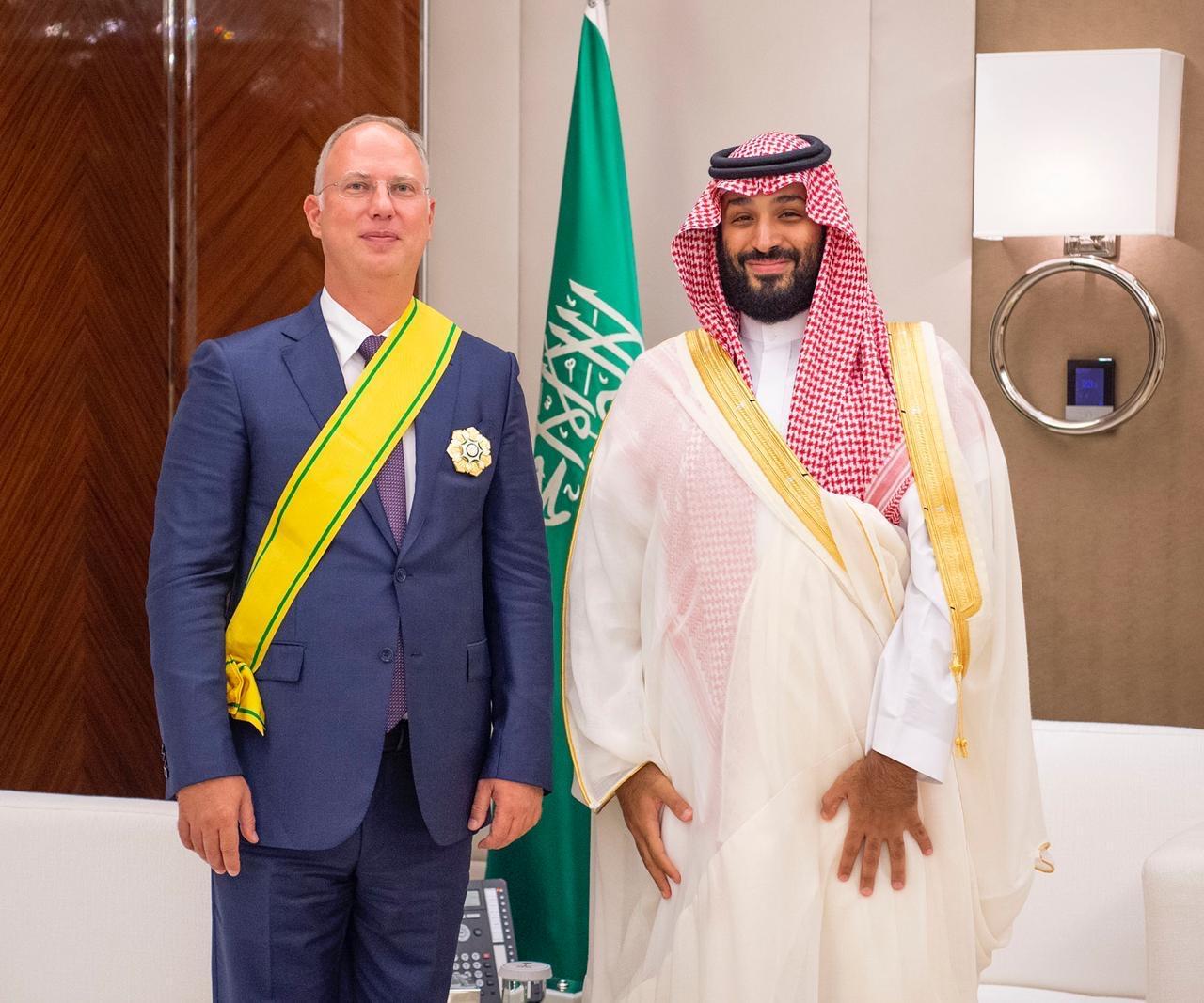 ولي العهد يقلد رئيس صندوق الاستثمار الروسي وشاح الملك عبدالعزيز