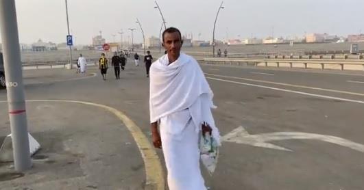 فيديو.. مشجع يحضر مباراة الاتحاد والحزم بملابس الإحرام