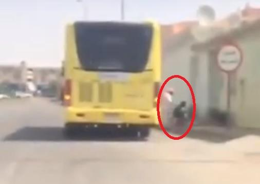 """بعد تداول فيديو له.. """"تعليم عنيزة"""" يشكر سائق حافلة مدرسية ويُعِدُ تكريما له"""