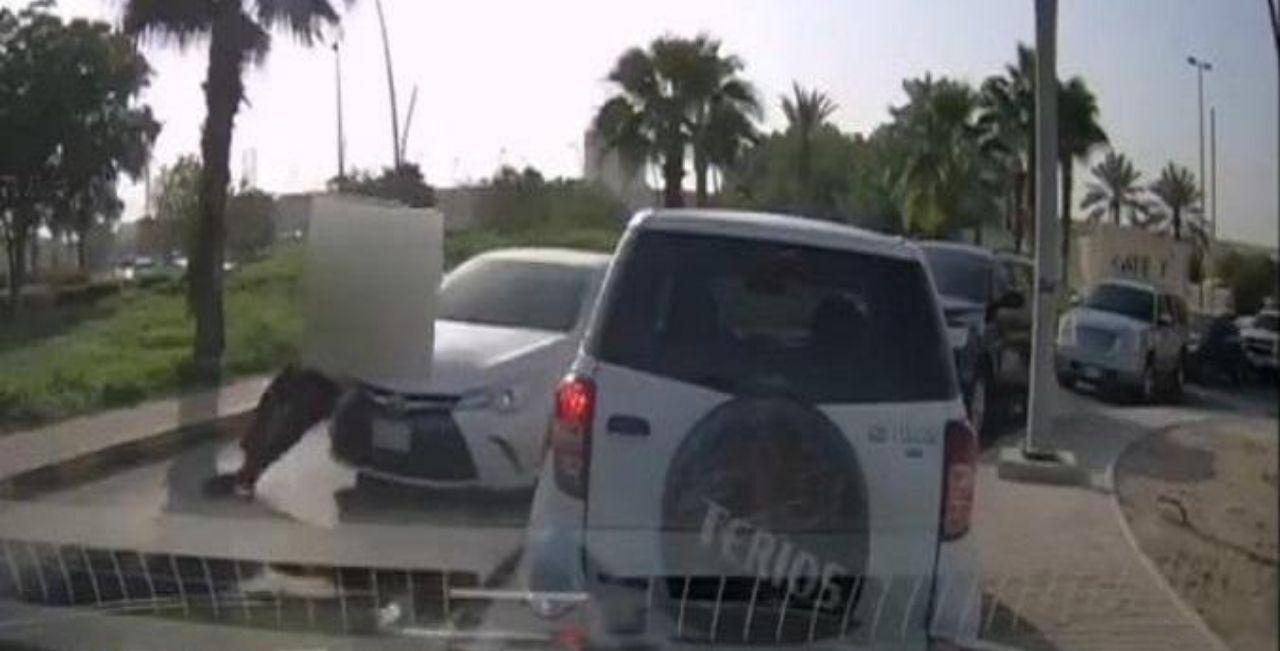 بالفيديو .. استنكار لسائق تعمد دهس 《رجل أمن》 داخل جامعة الملك سعود