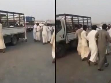 عمالة مخالفة في جدة تعتدي بوحشية على مواطن (فيديو)