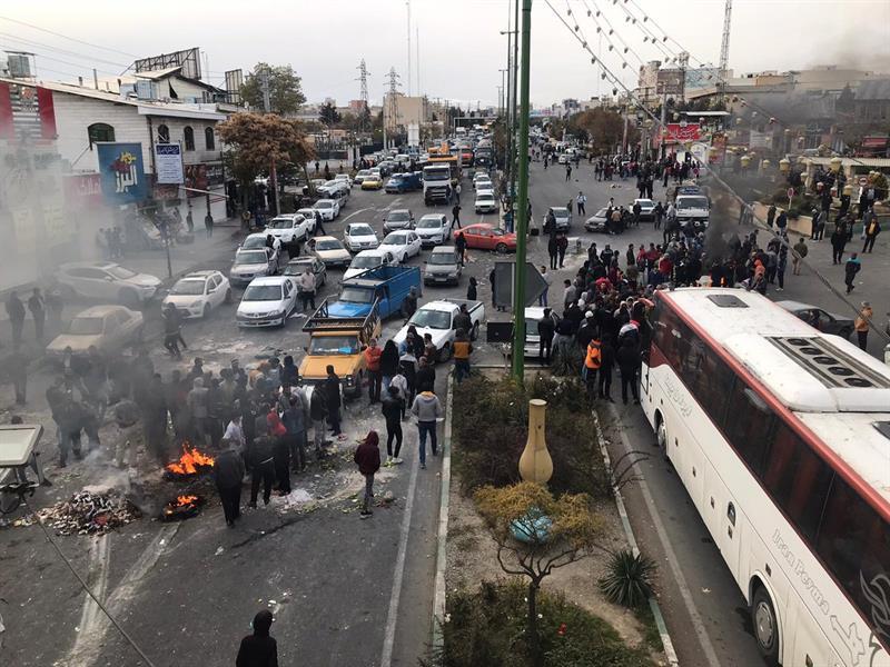 احتجاجات واسعة في إيران بسبب رفع أسعار الوقود (فيديو)