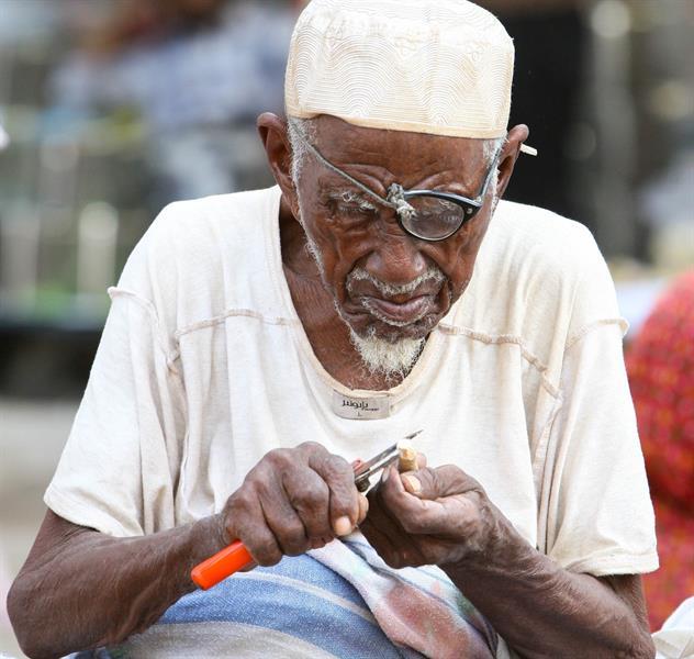 """صورة من السعودية لمُسن يبيع """"السواك"""" بالرغم من ضعف نظره مرشحة لجائزة عربية"""