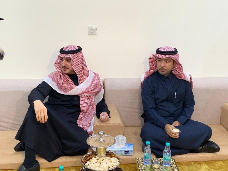 """فيديو.. الأمير فيصل بن نواف ممازحاً وزير الإسكان: """"إذا جيت الجوف ما تطلع إلا بعشاء أو غداء"""""""