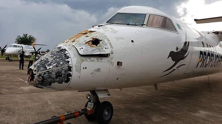 زامبيا.. ركاب طائرة ينجون من موت محقق بعدما دمر البرق مقدمتها (صور)