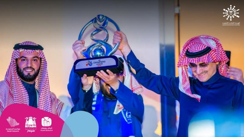 الوليد بن طلال وآل الشيخ يرفعان كأس أبطال آسيا