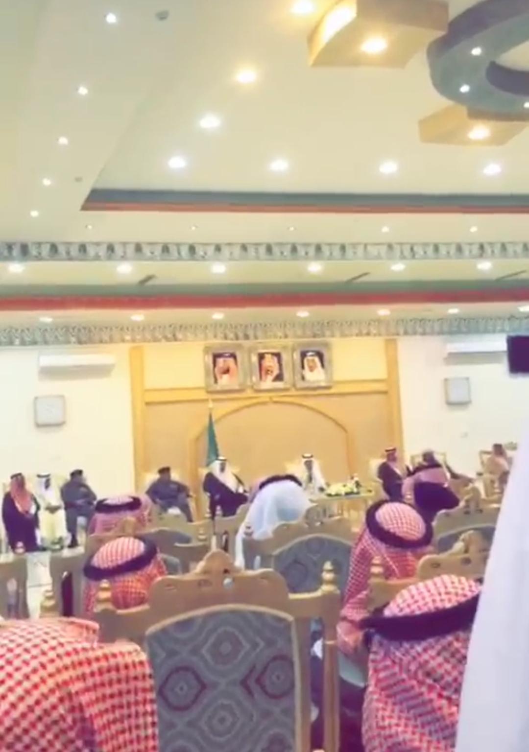 بالفيديو الأمير خالد الفيصل يوقف شاعر عن إكمال قصيدته أمام الحضور لهذا السبب!!