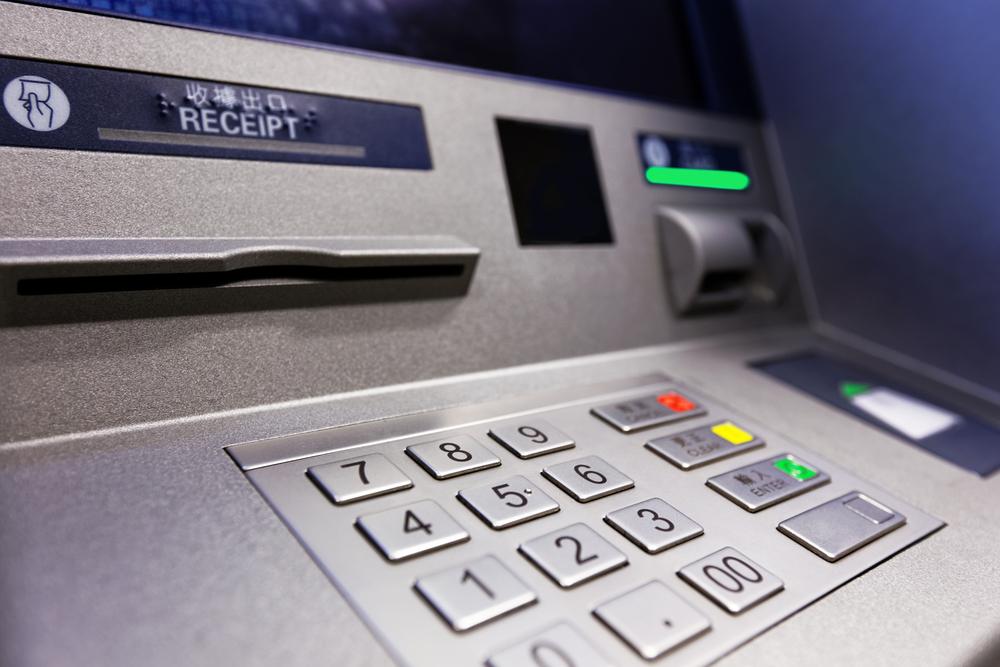 فيديو.. طريقة مضحكة لسرقة صراف آلي