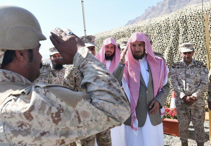 """شاهد.. الشيخ """"الشثري"""" يزور مرابطي الحد الجنوبي ويطلق قذيفة نحو مواقع العدو"""