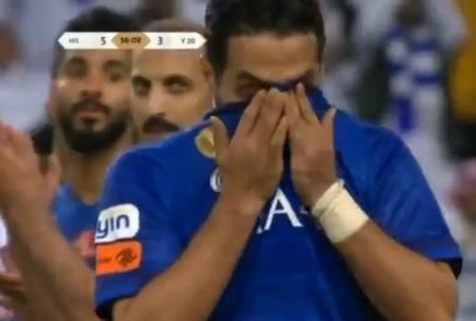 فيديو.. بكاء ياسر القحطاني عند توديعه الملاعب
