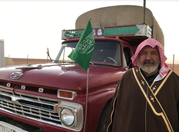سيارة تراثية تلفت الأنظار في مهرجان الإبل