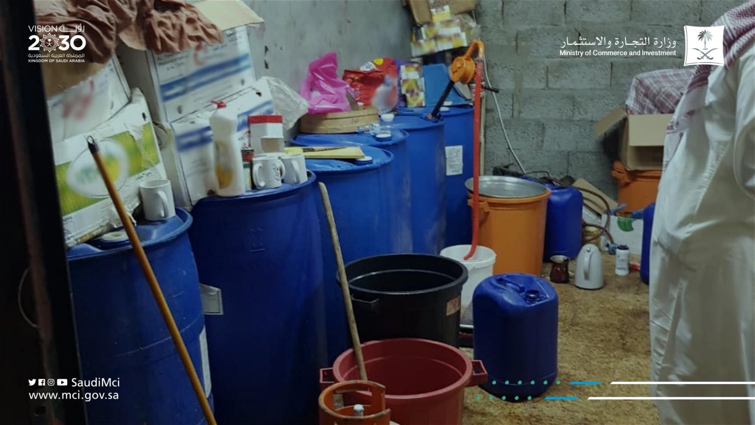 فيديو.. عمالة تستغل مستودعًا لتصنيع نكهات السجائر