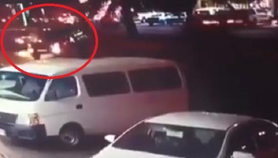 فيديو.. قائد مركبة يعترض الطريق بسيارته ويتسبب بحادث لإنقاذ امرأة وطفلتها من الدهس