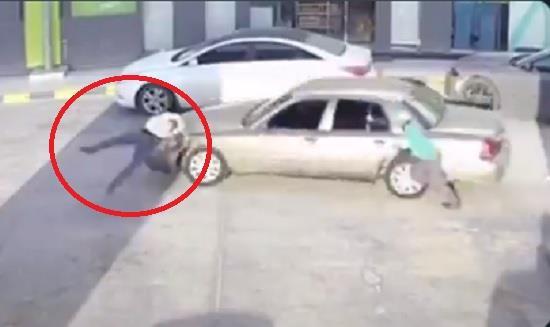 """متهور يدهس شخصاً في محطة وقود بالدمام خلال هروبه من دفع قيمة """"البنزين"""" (فيديو)"""