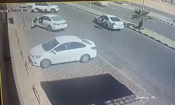 """فيديو وثق لحظة هروب الجناة.. """"شرطة حائل"""" تضبط شخصين قتـلا شاباً وتركاه داخل سيارة أمام مستوصف"""