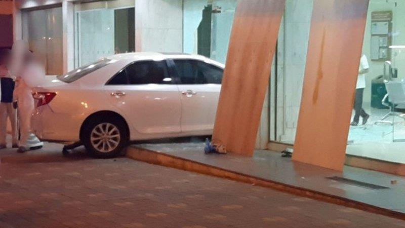 سيارة تقتحم واجهة بنك بالمجاردة.. والجهات الأمنية تباشر (صور)