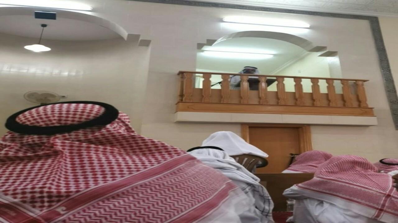 شاهد.. شاعر يؤم المصلين في صلاة الجمعة بمسجد ببريدة