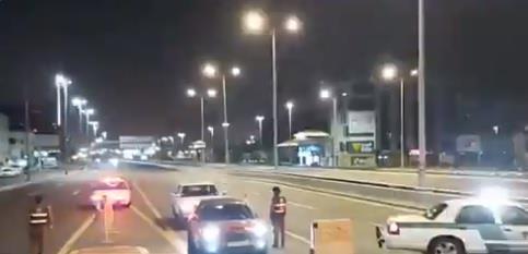 شاهد.. نقطة مرورية للتحقق من السيارات المستثناة من منع التجول في جدة