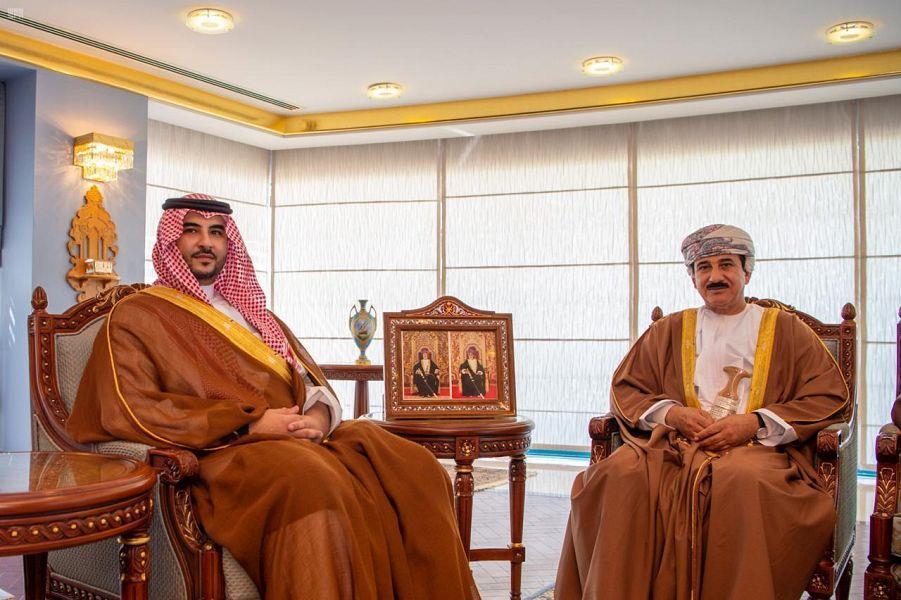 خالد بن سلمان يلتقي سلطان عمان لبحث التطورات الإقليمية (صور)