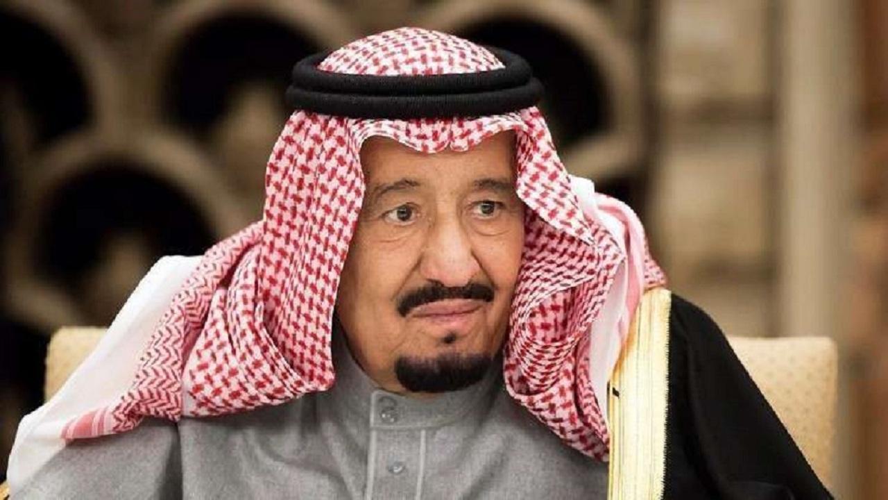 شاهد.. الملك سلمان يرتدي بزة في الخمسينيات