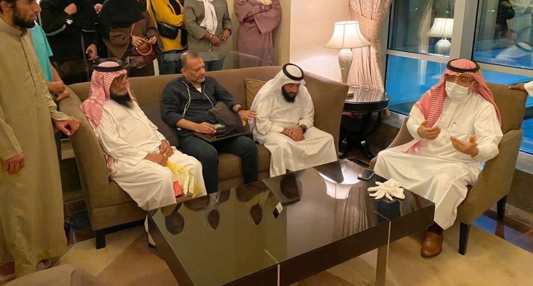سفير السعودية بالسودان يزور المواطنين العالقين