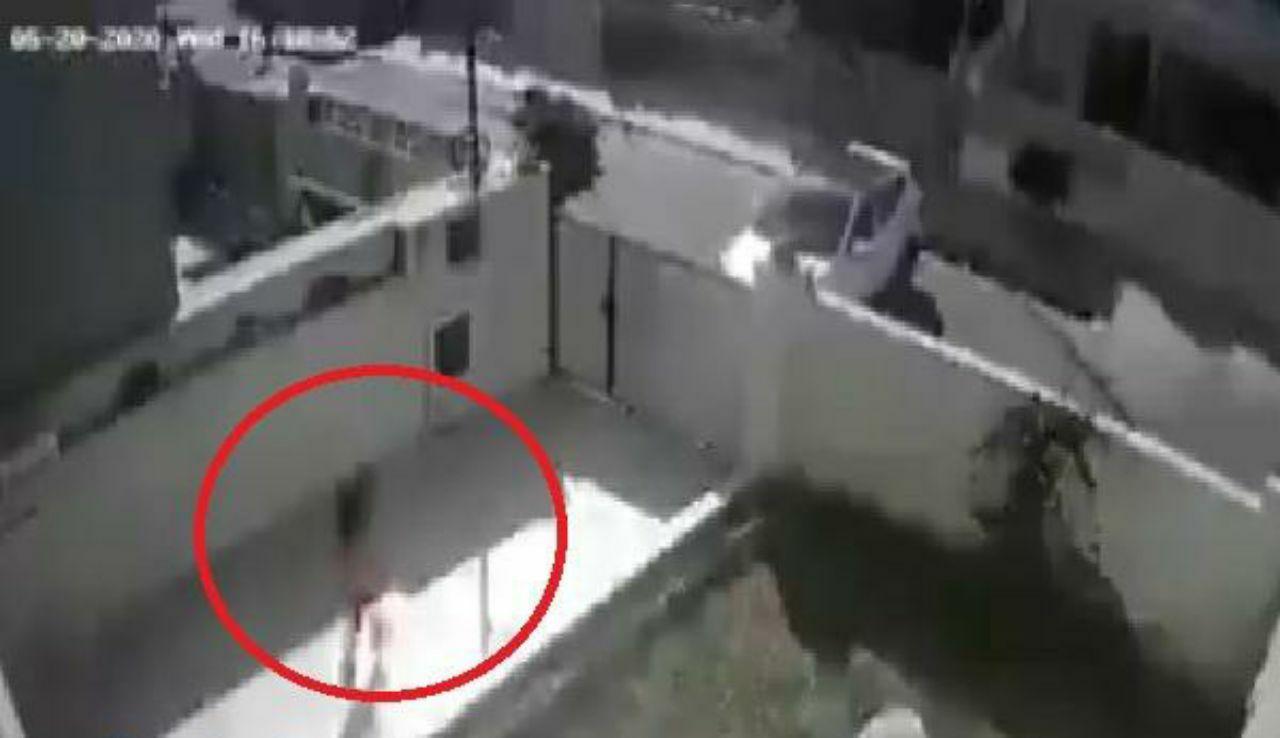 زعل على أهله تأخروا بفتح بوابة السيارة و من الزعل كاد أن يذبح ابنته