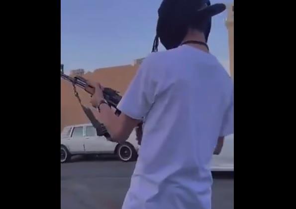 الرياض: القبض على شخصين أحدهما أطلق النار وتباهى بسـلاحه والآخر وثق ذلك ونشره
