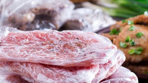 """""""الغذاء والدواء"""" تنصح بـ 3 طرق لتسييح اللحوم المجمدة"""