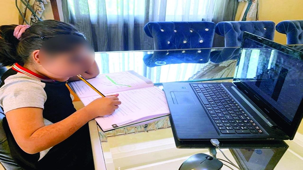 أم لطالبة تقوم بتسميع القرآن نيابة عن ابنتها مستغلة التعليم عن بُعد