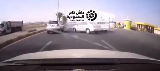 كاميرا مراقبة توثق حادثاً مروعاً بين مركبتين على طريق سريع بخميس مشيط