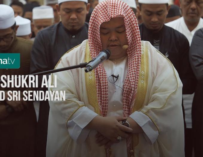 شاهد.. إمام مسجد من ماليزيا يتلو القرآن بطريقة الشيخ السديس