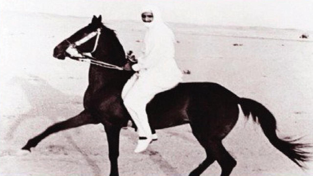 صورة نادرة للملك سلمان وهو يمارس هواية الفروسية