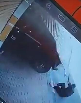 """القبض على شخص دهس مقيماً أمام محله التجاري وهرب في """"الشرقية"""" (فيديو)"""