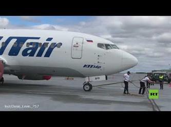 روسي يسحب طائرة بوينغ تزن 40 طناً