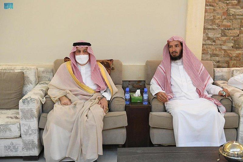 صور.. أمير الرياض يعزي أسرة الشيخ ناصر الشثري