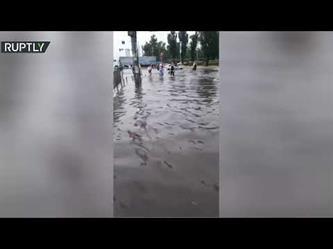 إعصار قوي يغرق محطات مترو الأنفاق في كييف