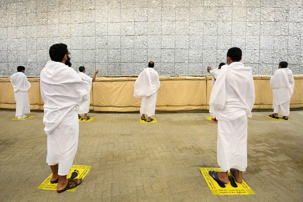 حجاج بيت الله الحرام يكملون رمي الجمرات الثلاث لليوم الأول من أيام التشريق