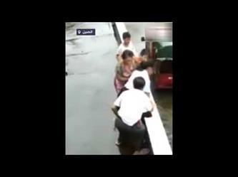 مسنة صينية تنقذ حفيدتها من السقوط عن حافة المنزل فى اللحظة الأخيرة