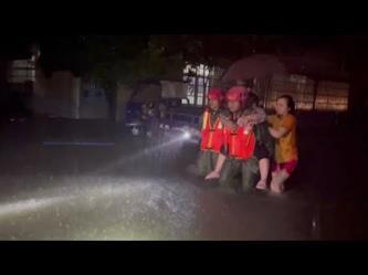 عمليات إجلاء السكان المحاصرين بسبب الفيضانات وسط الصين