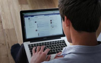 طبيبة تنصح مَن يجلس ساعات طويلة أمام الكمبيوتر باتباع هذه الطريقة لحماية نظره